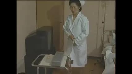 麾下の前では真面目な姿で通してる看護婦長が病人のチンポを激しくフェラチオ-